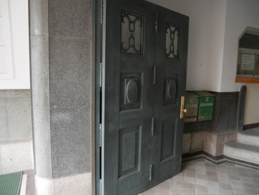工芸高校の出入口