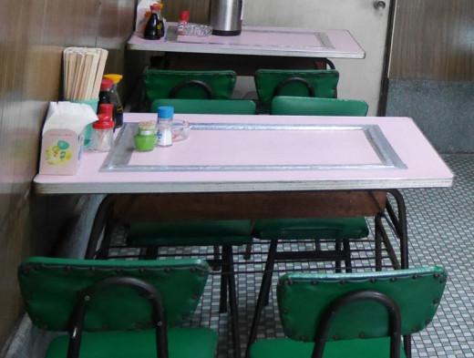 若葉食堂のテーブル