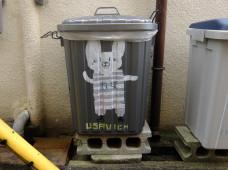 ゴミ箱にウサビッチのイラスト